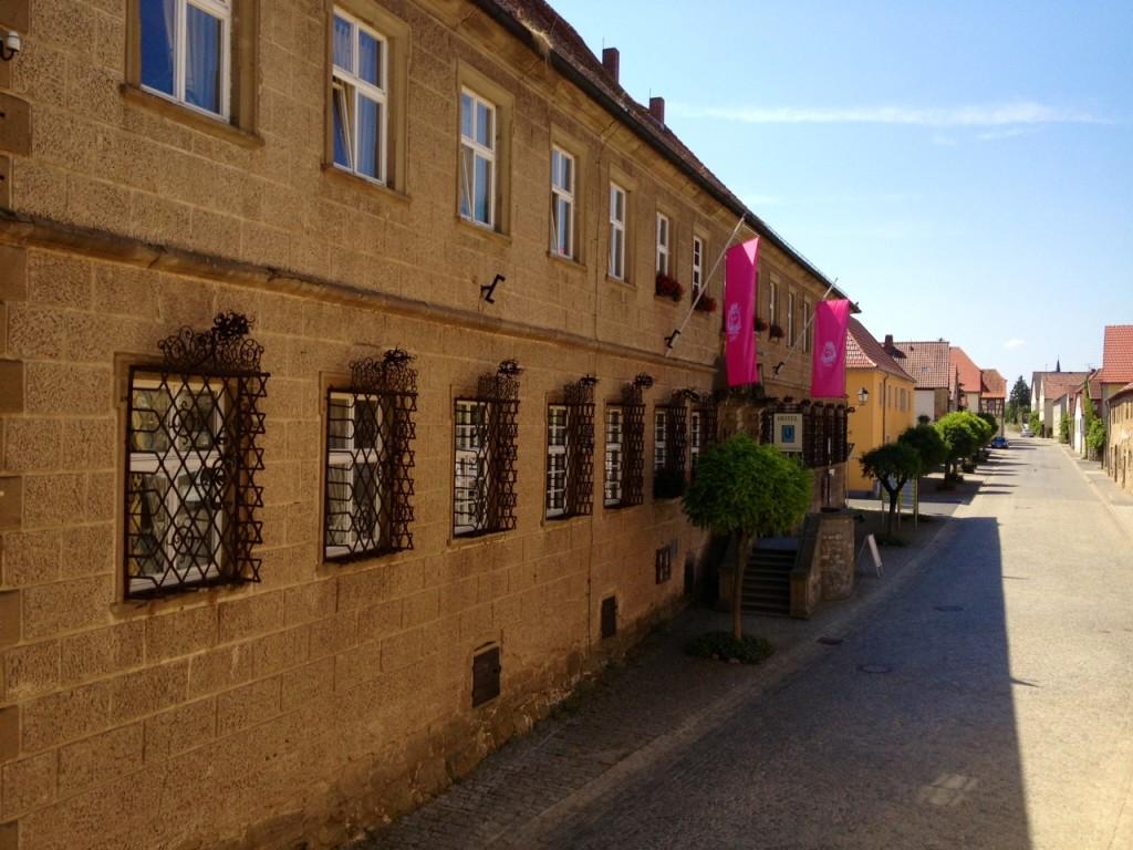 Weingutsfahnen am Schloss Zeilitzheim