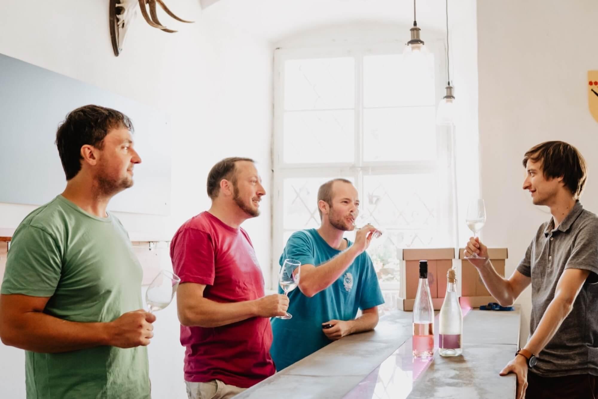 Weinprobe mit dem Winzer -Wein von 3- des fränkisches Bio Weingut auf Schloß Zeilitzheim in Franken in der Nähe von Würzburg_Wein von 3_Fotograf Selene adores_13